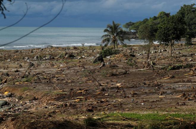 Bãi biển tại tỉnh Banten, Indonesia tan hoang sau thảm họa.Ảnh: Reuters