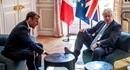 Hành động gây tranh cãi của Thủ tướng Anh trong cuộc gặp với ông Macron