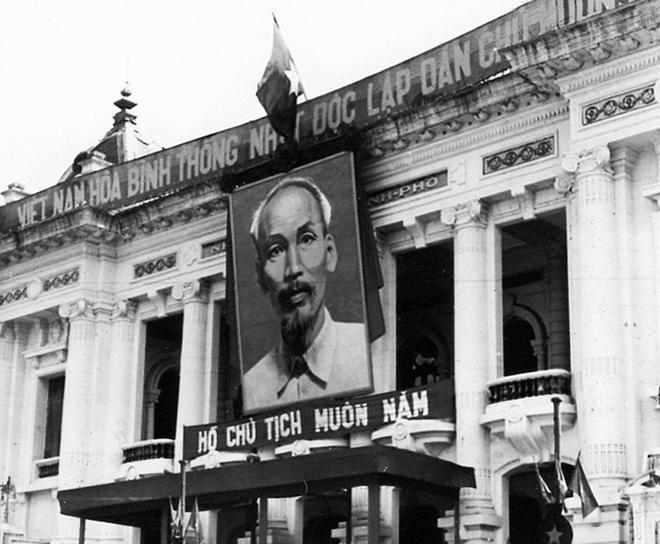 Ảnh Chủ tịch Hồ Chí Minh tại Nhà hát Lớn Hà Nội.