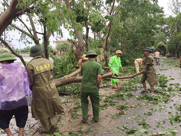 Lực lượng CAND giúp dân khắc phục hậu quả cơn bão số 2 - Ảnh minh hoạ 11