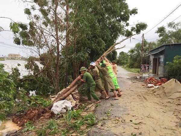 Lực lượng CAND giúp dân khắc phục hậu quả cơn bão số 2 - Ảnh minh hoạ 9