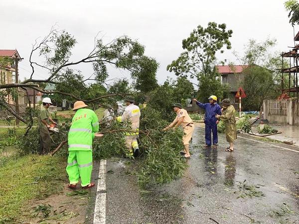 Lực lượng CAND giúp dân khắc phục hậu quả cơn bão số 2 - Ảnh minh hoạ 10