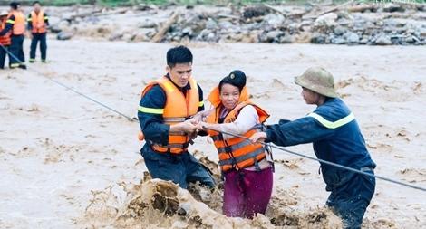 Cán bộ Công an trên đường cứu trợ lũ lụt: Những hình ảnh nghẹn lòng