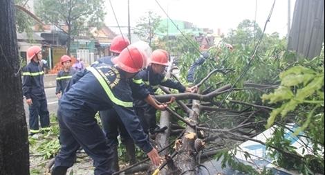Lực lượng CAND bám địa bàn, giúp dân khắc phục hậu quả bão số 103