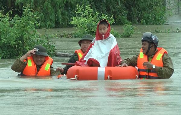 Lực lượng CAND bám địa bàn, giúp nhân dân trong mưa lũ - Ảnh minh hoạ 5