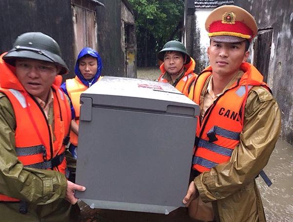 Lực lượng CAND bám địa bàn, giúp nhân dân trong mưa lũ - Ảnh minh hoạ 9