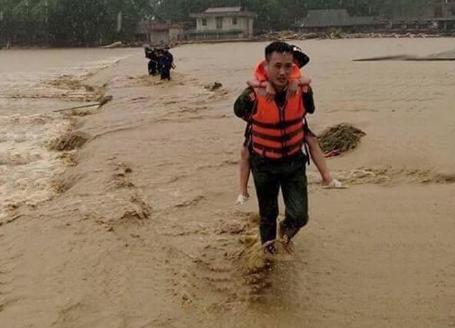 Lực lượng CAND bám địa bàn, giúp nhân dân trong mưa lũ - Ảnh minh hoạ 14