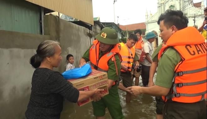 Lực lượng CAND bám địa bàn, giúp nhân dân trong mưa lũ - Ảnh minh hoạ 11