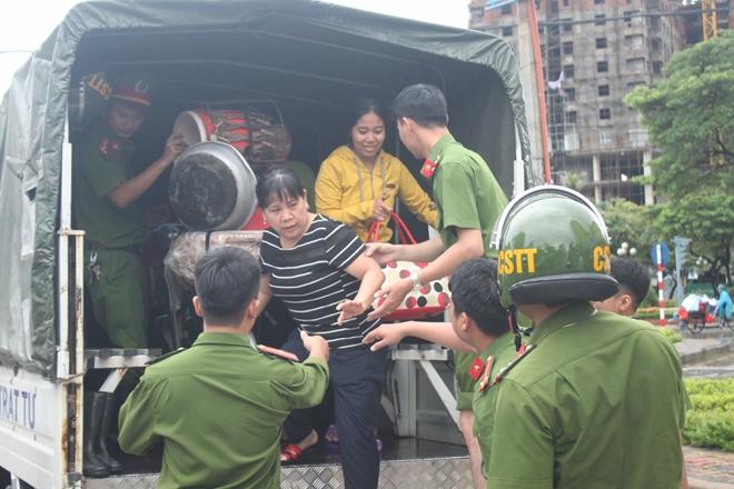 Lực lượng CAND bám địa bàn, giúp nhân dân trong mưa lũ - Ảnh minh hoạ 8