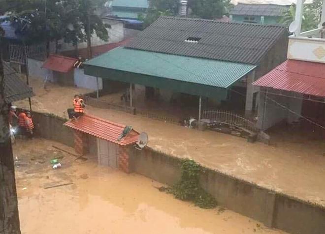 Lực lượng CAND bám địa bàn, giúp nhân dân trong mưa lũ - Ảnh minh hoạ 15