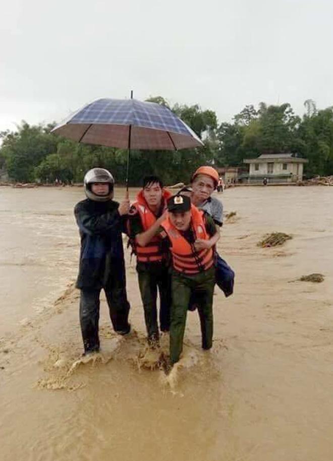 Lực lượng CAND bám địa bàn, giúp nhân dân trong mưa lũ - Ảnh minh hoạ 17