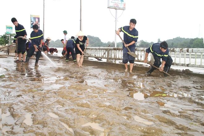 Lực lượng CAND bám địa bàn, giúp nhân dân trong mưa lũ - Ảnh minh hoạ 12