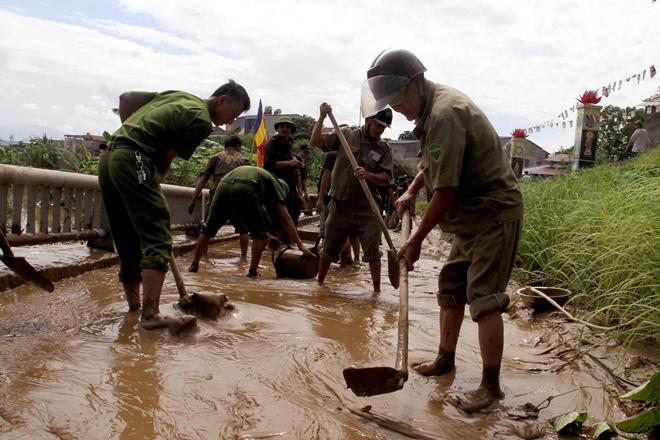 Lực lượng CAND bám địa bàn, giúp nhân dân trong mưa lũ - Ảnh minh hoạ 13