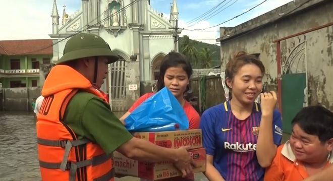Lực lượng CAND bám địa bàn, giúp nhân dân trong mưa lũ - Ảnh minh hoạ 10