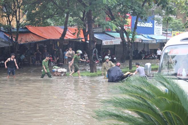 Lực lượng CAND bám địa bàn, giúp nhân dân trong mưa lũ - Ảnh minh hoạ 7