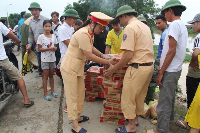 Lực lượng CAND bám địa bàn, giúp nhân dân trong mưa lũ - Ảnh minh hoạ 19