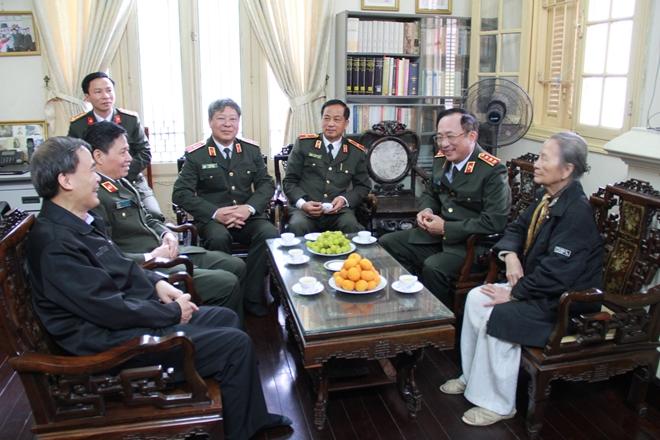 Thứ trưởng Nguyễn Văn Thành chúc mừng Nhà giáo  Phạm Tâm Long