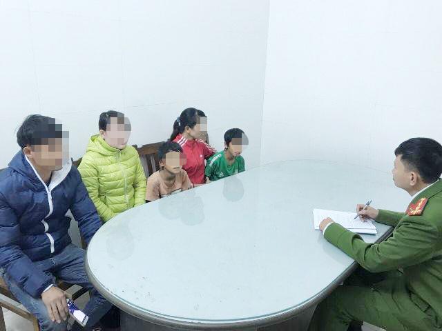 Công an phường tìm người thân cho 2 cháu bé đi tìm mẹ bị lạc
