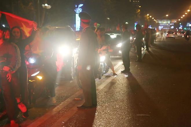 Cảnh sát trắng đêm bảo vệ bình yên sau khi U23 Việt Nam giành ngôi Á quân - Ảnh minh hoạ 2
