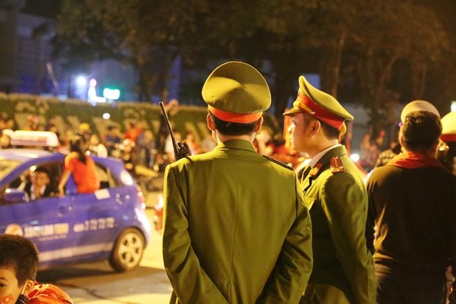 Cảnh sát trắng đêm bảo vệ bình yên sau khi U23 Việt Nam giành ngôi Á quân - Ảnh minh hoạ 7