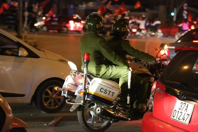 Cảnh sát trắng đêm bảo vệ bình yên sau khi U23 Việt Nam giành ngôi Á quân - Ảnh minh hoạ 13
