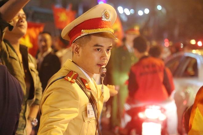 Cảnh sát trắng đêm bảo vệ bình yên sau khi U23 Việt Nam giành ngôi Á quân - Ảnh minh hoạ 9