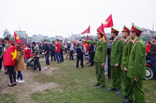 Cảnh sát trắng đêm bảo vệ bình yên sau khi U23 Việt Nam giành ngôi Á quân - Ảnh minh hoạ 18