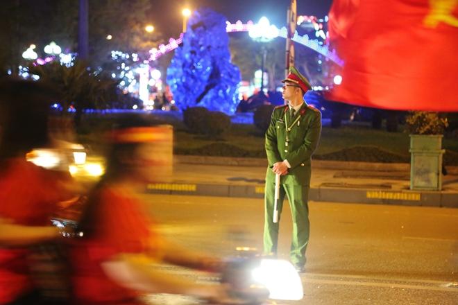 Cảnh sát trắng đêm bảo vệ bình yên sau khi U23 Việt Nam giành ngôi Á quân - Ảnh minh hoạ 4