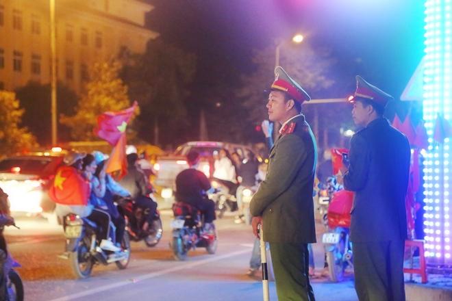 Cảnh sát trắng đêm bảo vệ bình yên sau khi U23 Việt Nam giành ngôi Á quân - Ảnh minh hoạ 5