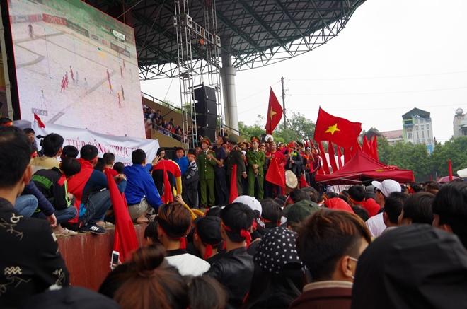 Cảnh sát trắng đêm bảo vệ bình yên sau khi U23 Việt Nam giành ngôi Á quân - Ảnh minh hoạ 17