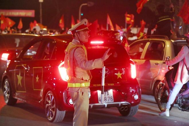 Cảnh sát trắng đêm bảo vệ bình yên sau khi U23 Việt Nam giành ngôi Á quân - Ảnh minh hoạ 10