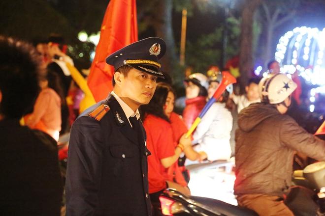 Cảnh sát trắng đêm bảo vệ bình yên sau khi U23 Việt Nam giành ngôi Á quân - Ảnh minh hoạ 11