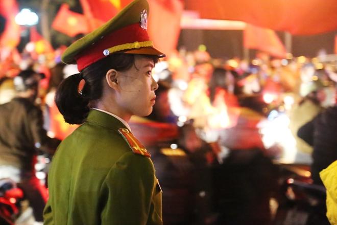 Cảnh sát trắng đêm bảo vệ bình yên sau khi U23 Việt Nam giành ngôi Á quân - Ảnh minh hoạ 6