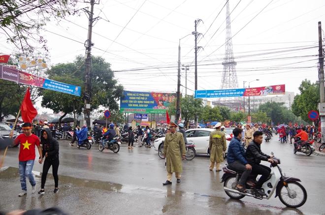 Cảnh sát trắng đêm bảo vệ bình yên sau khi U23 Việt Nam giành ngôi Á quân - Ảnh minh hoạ 16