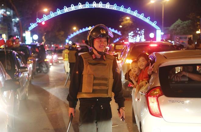 Cảnh sát trắng đêm bảo vệ bình yên sau khi U23 Việt Nam giành ngôi Á quân - Ảnh minh hoạ 15