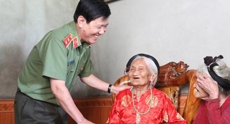 Thứ trưởng Nguyễn Văn Sơn thăm, tặng quà thân nhân các liệt sĩ hy sinh ở Truông Bồn