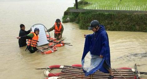 Lực lượng Công an giúp dân khắc phục mưa lũ