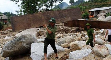 Cán bộ Công an vượt suối giúp dân sau mưa lũ
