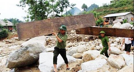 Công an Lai Châu dầm mình trong mưa giúp dân vùng lũ