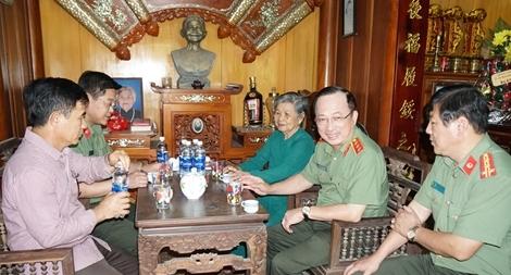 Thứ trưởng Nguyễn Văn Thành thăm hỏi, tặng quà gia đình bà Nguyễn Thị Bàng