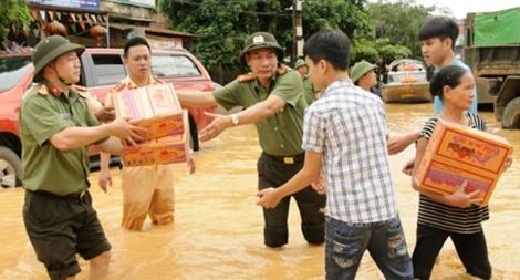 Sáng đẹp sắc phục CAND giúp dân trong mưa lũ
