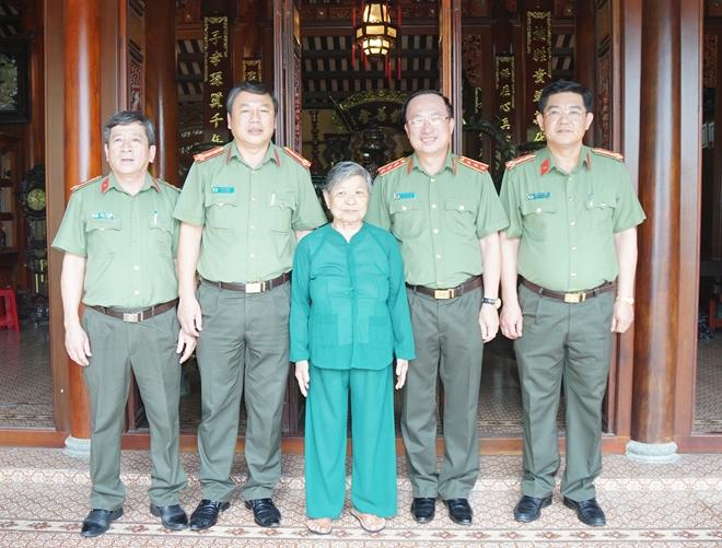 Thứ Trưởng Nguyễn Văn Thanh Thăm Tặng Qua Gia đinh Mẹ Việt Nam Anh Hung Bao Cong An Nhan Dan điện Tử