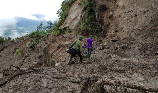 Hàng trăm CBCS Công an đang dầm mình trong mưa gió cứu giúp dân ở Vàng Ma Chải - Ảnh minh hoạ 4