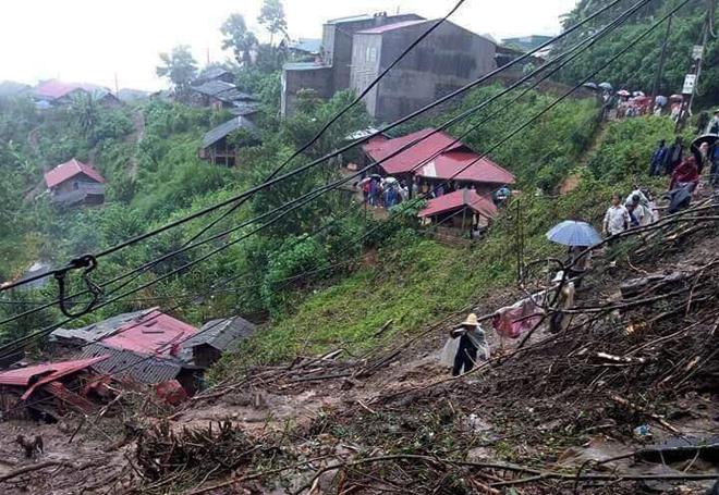Hàng trăm CBCS Công an đang dầm mình trong mưa gió cứu giúp dân ở Vàng Ma Chải - Ảnh minh hoạ 8