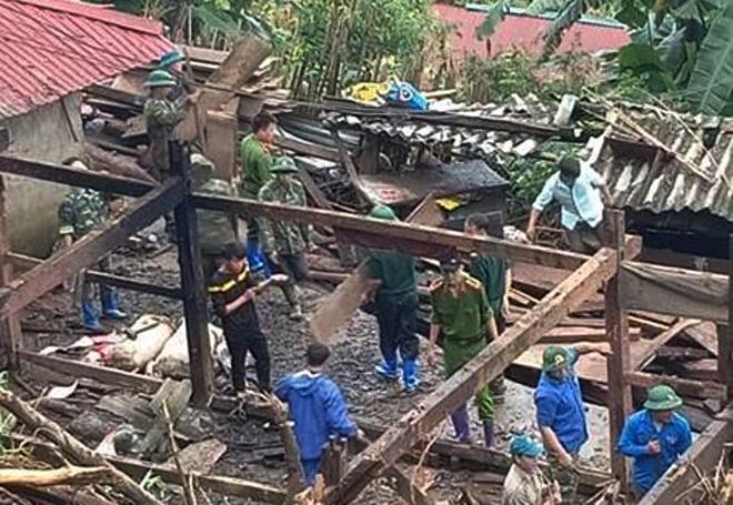 Hàng trăm CBCS Công an đang dầm mình trong mưa gió cứu giúp dân ở Vàng Ma Chải - Ảnh minh hoạ 17