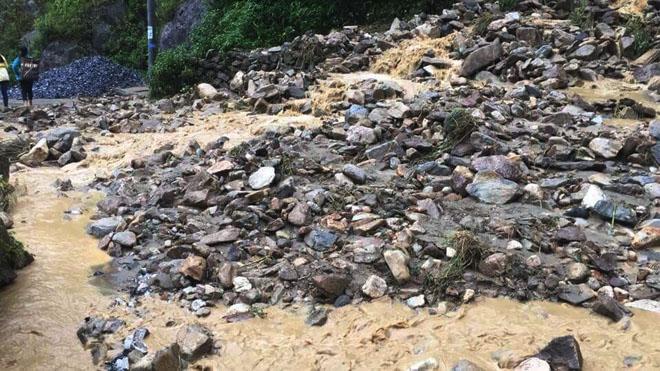 Hàng trăm CBCS Công an đang dầm mình trong mưa gió cứu giúp dân ở Vàng Ma Chải - Ảnh minh hoạ 2
