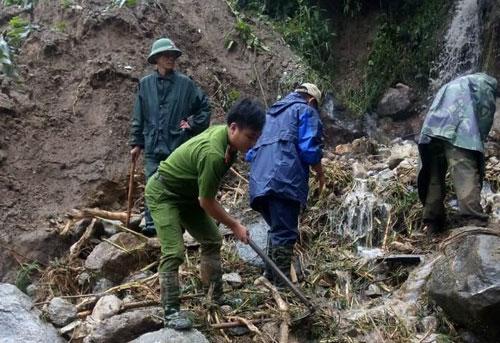 Hàng trăm CBCS Công an đang dầm mình trong mưa gió cứu giúp dân ở Vàng Ma Chải - Ảnh minh hoạ 11