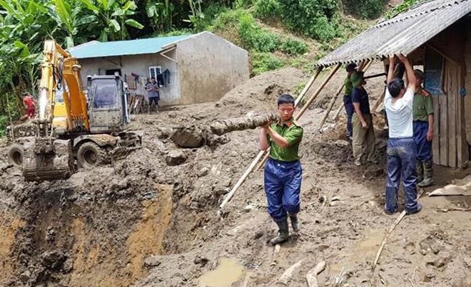 Hàng trăm CBCS Công an đang dầm mình trong mưa gió cứu giúp dân ở Vàng Ma Chải - Ảnh minh hoạ 14