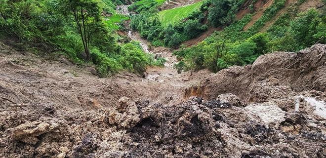 Hàng trăm CBCS Công an đang dầm mình trong mưa gió cứu giúp dân ở Vàng Ma Chải