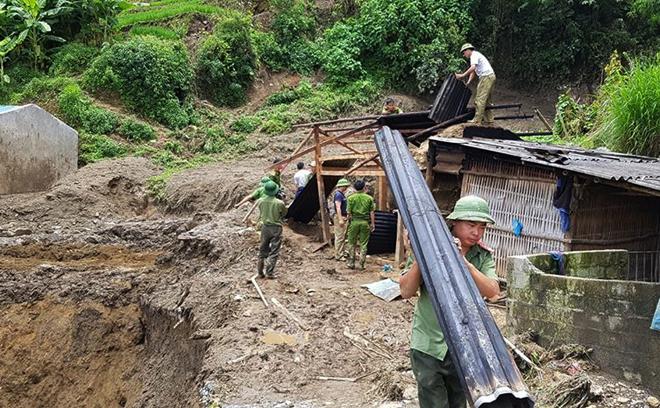Hàng trăm CBCS Công an đang dầm mình trong mưa gió cứu giúp dân ở Vàng Ma Chải - Ảnh minh hoạ 18